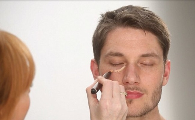 منظور از آرایش داماد بیشتر گریمی بی رنگ است که تنها برای صاف و یکدست شدن پوست و همچنین یکرنگ شدن پوست و از بین بردن لک و جای جوش و ... به کار می رود