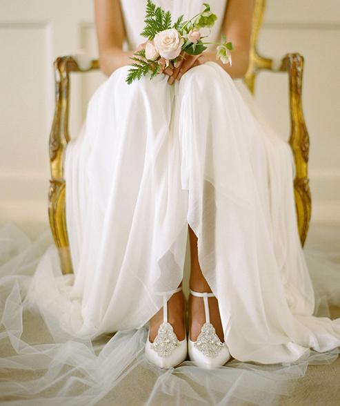 قبل از هر چیز باید این نکته را متذکر بشویم که هنگام خرید و پرو لباس عروستان فراموش نکنید که کفشتان را به همراه ببرید