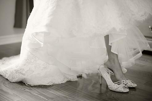 صندلهای با پاشنه بلند یکسره که جلو باز و پشت باز هستند از جمله کفش های راحتی هستند که پیشنهاد میکنیم اگر عروسیتان در فصل تابستان هست حتما به دنبال یکی از آنها بروید.