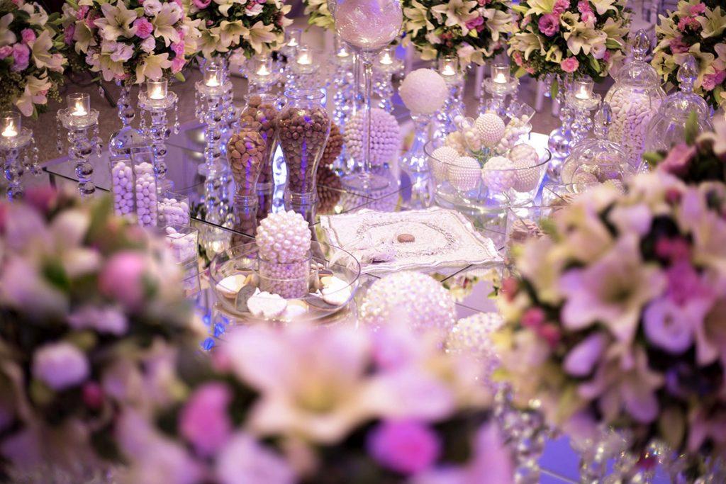 معمولا با سالنها، تالار و یا باغ تالارهایی که قرارداد میبندید خودشان اتاقی برای عقد دارند که چیدمان و تزئیناتش هم بر عهده خود آنهاست