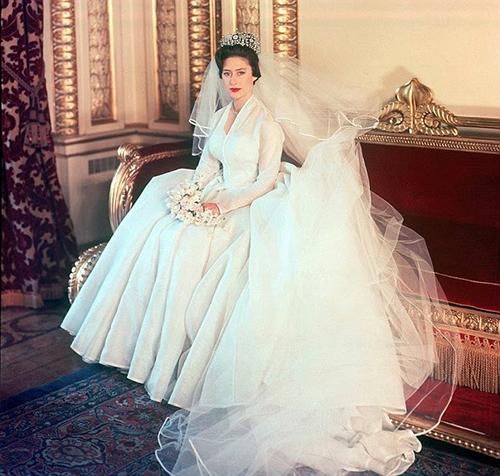 در دوخت لباس شاهزادگاه پارچه های نفیس با متراژ بالا استفاده میشد