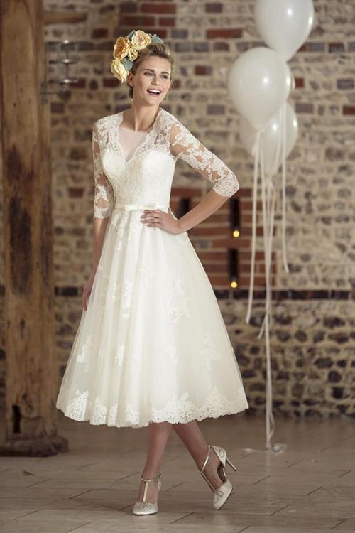 کوکو شانل بود که در دهه 1920 پیراهنی تا زانو با یک دنباله بلند و البته به رنگ سفید را رونمایی کرد.