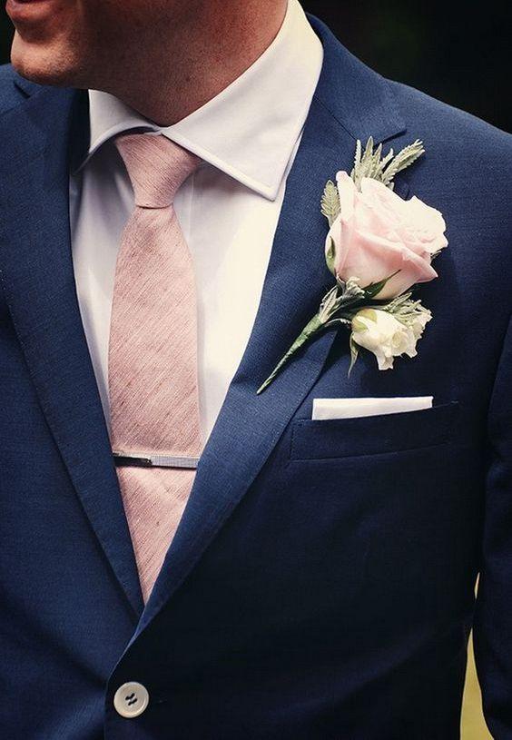 در نظر داشته باشید که پوشت و یا تزئینات داخل جیب کت داماد باید با کراوات یا پاپیون هماهنگی داشته باشد.