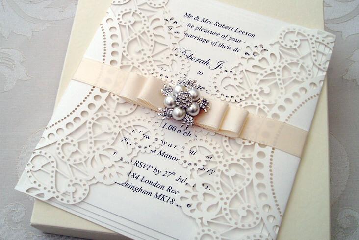 هیچ گاه از برای کارت دعوت عروسی از رنگهای خیلی تند و جیغ استفاده نکنید