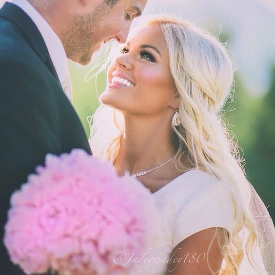 اگر رنگ پوستی گندمی و همچنین صورتی ظریف و به اصطلاح بیبی فیس دارید میتوانید برای روز عروسی موهایتان را روشن کنید.