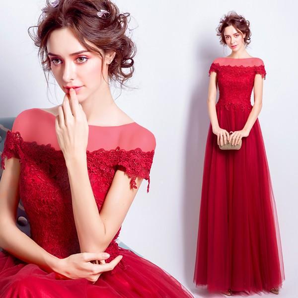 لباسهایی ساده اما با پارچه هایی شکیل و تزئیناتی ظریف و زیبا که ظرافت عروس را بیشتر به نمایش می گذارد.