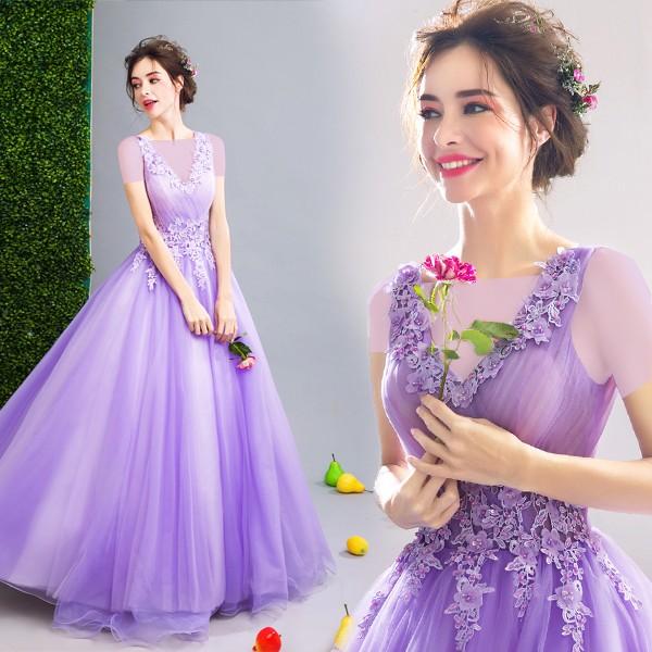 برای لباس نامزدی از رنگهایی را استفاده کنید که به رنگ لباس عروس نزدیک نباشد