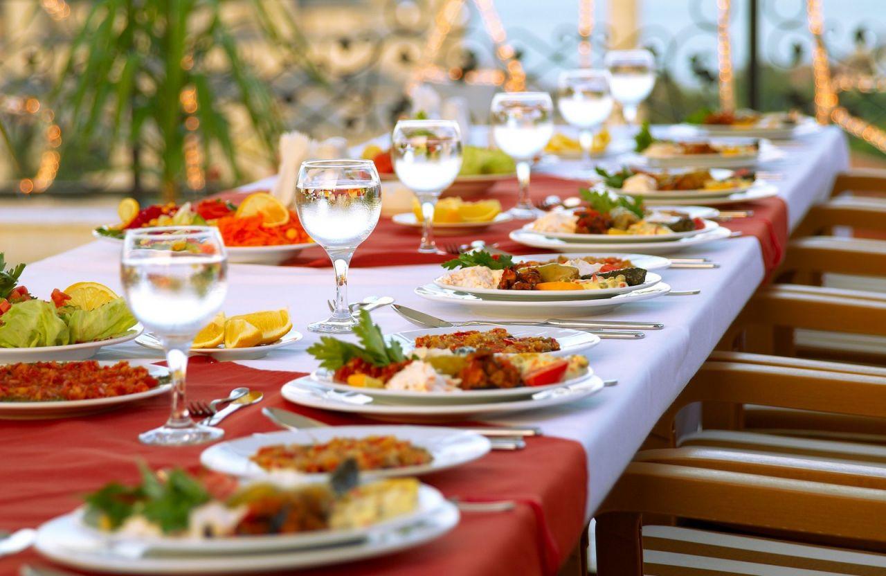 حتما در زمان انتخاب کترینگ برای پذیرایی از میهمانان مراسم عروسی از طعم و کیفیت غذا اطمینان حاصل کنید.