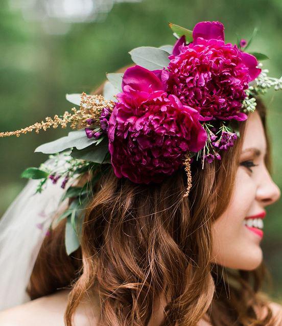 تاج گل عروس بر روی موهای موج دار و تور سر