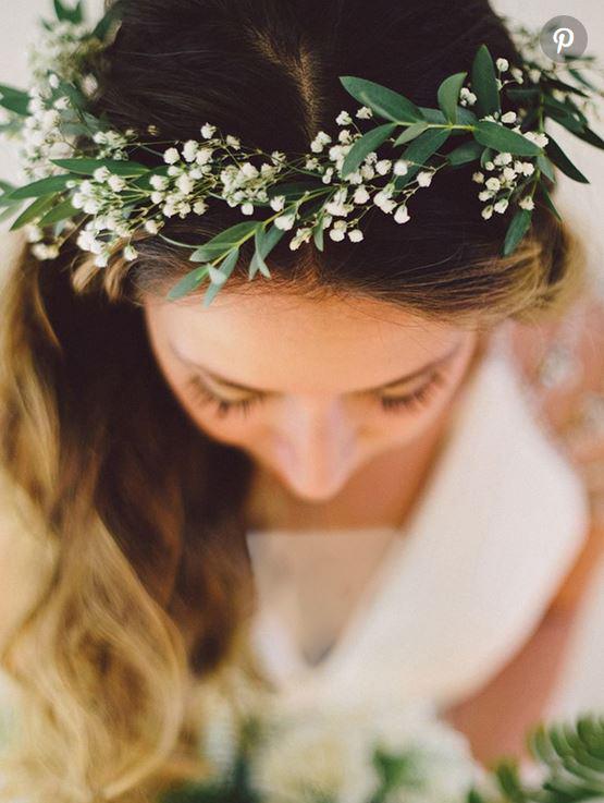 تاج گل عروس با ترکیبی ساده از گل نفس کودک و برگ