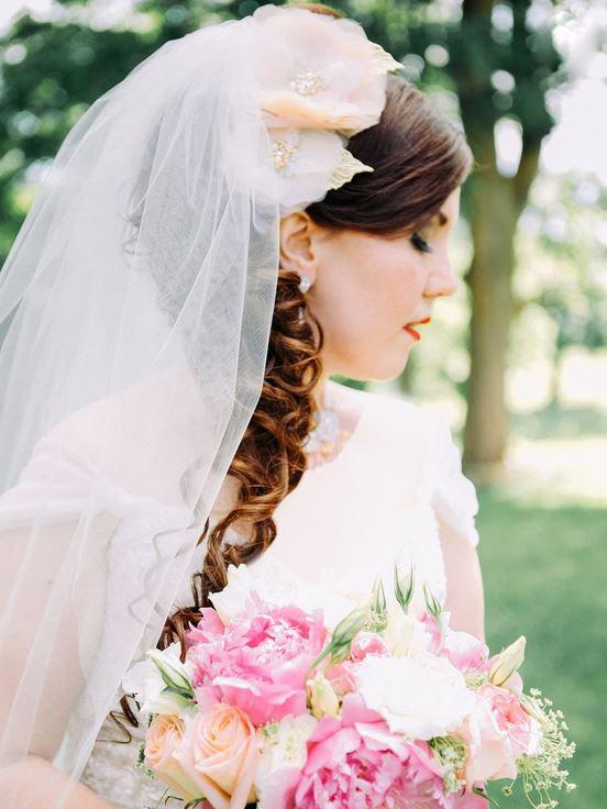 شینیون باز یک طرفه به همراه تاج گل سر در کنار سر و ترکیب آن با تور سری ساده