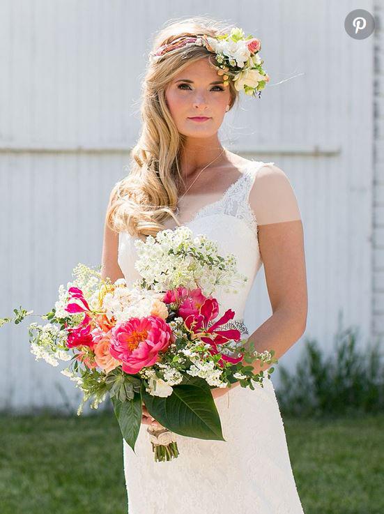 هماهنگی بین گلهای تاج سر با دسته گل عروس