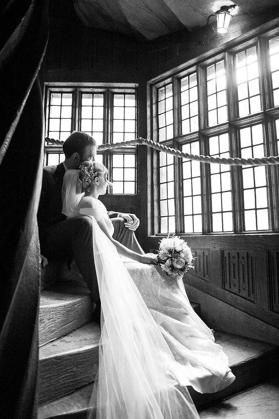 ژست عکاسی برای عروس و داماد امروزه بسیار مهم است تا حدی که حتی در کنار عکاس یک نفر وجود دارد که ژست ها را طراحی میکند