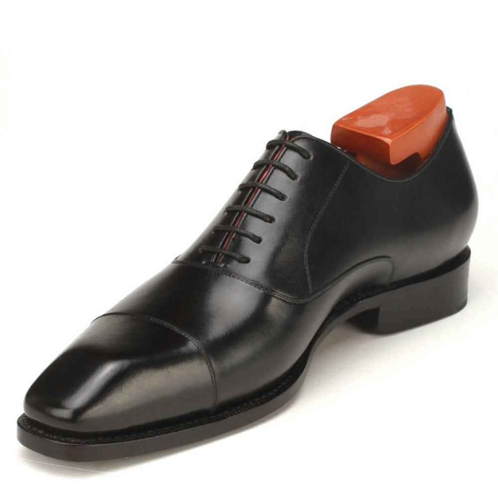 کفش آکسفورد در رنگهای مشکی ، قهوه ای و زرشکی تولید می شود