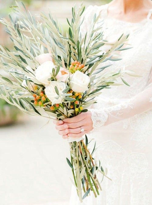 دسته گل تزئین شده با برگهای زیتون که در عروسیهای ایتالیایی زیاد دیده می شود