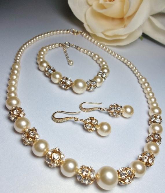به هنگام خرید طلای عروس به هماهنگی رنگ طلا با پوستتان توجه داشته باشید