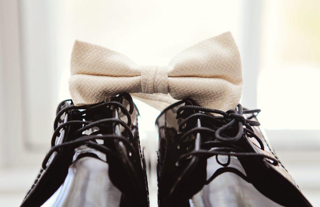 بهترین رنگ برای انواع کت شلوار تیره کفش مشکی است