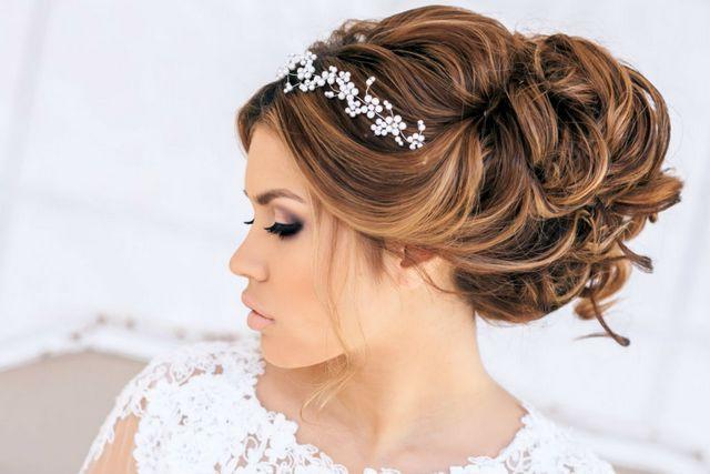 هنگام انتخاب مدل موی عروس به فاکتورهای مهمی چون مدل لباس و یقه لباس توجه داشته باشید