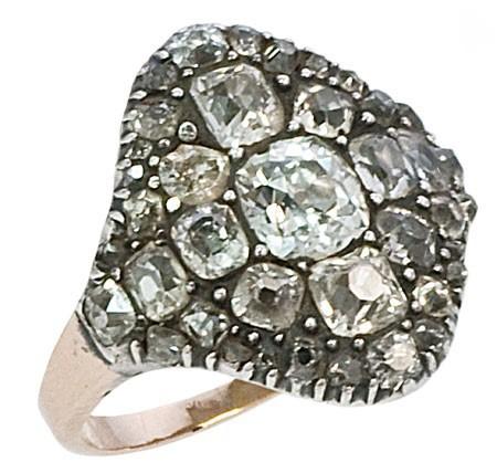 حلقه نامزدی سنتی تشکیل شده از الماس