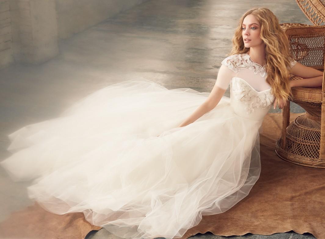 در کلکسیون لباس عروس هیلی پیج حتی لباس عروس های کوتاه نیز دیده میشود