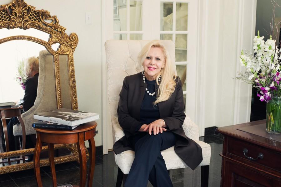 دی سانتو ایتالیایی به طور تخصصی بر روی طراحی و دوخت لباس عروس کار می کند.