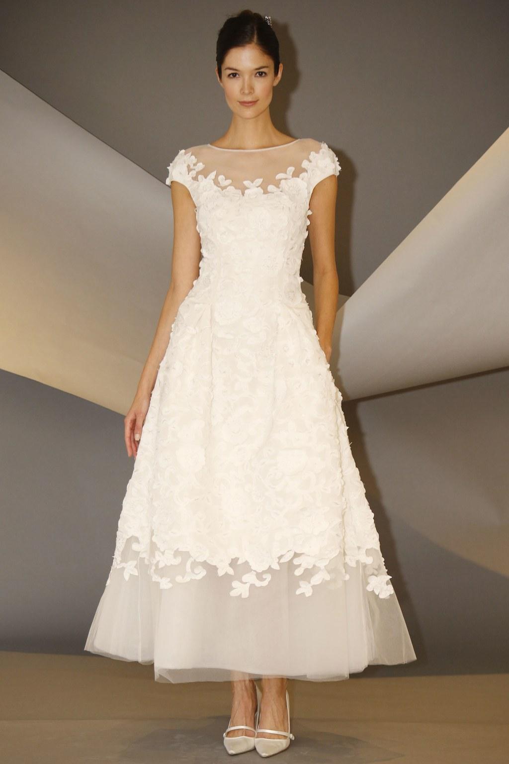 از دلایل شهرت لباس عروس های برند کارولینا هررا میتوان به دوخت لباس عروسهای رنگی اشاره کرد