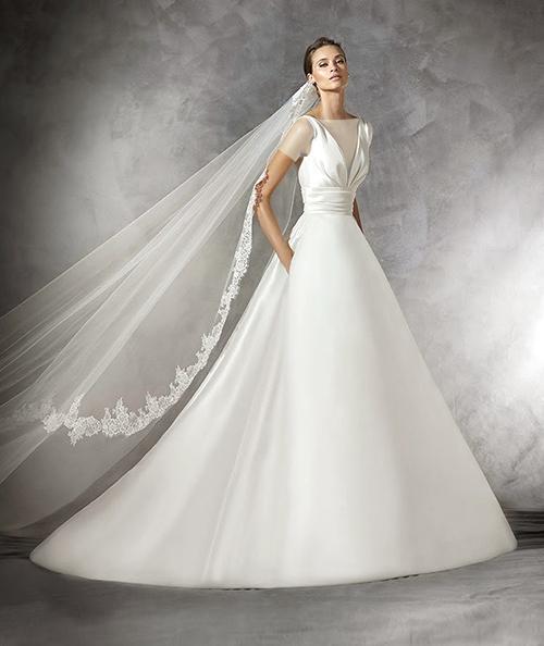 مدل لباس عروس یقه هفت مناسب افرادی با شانه های پهن است