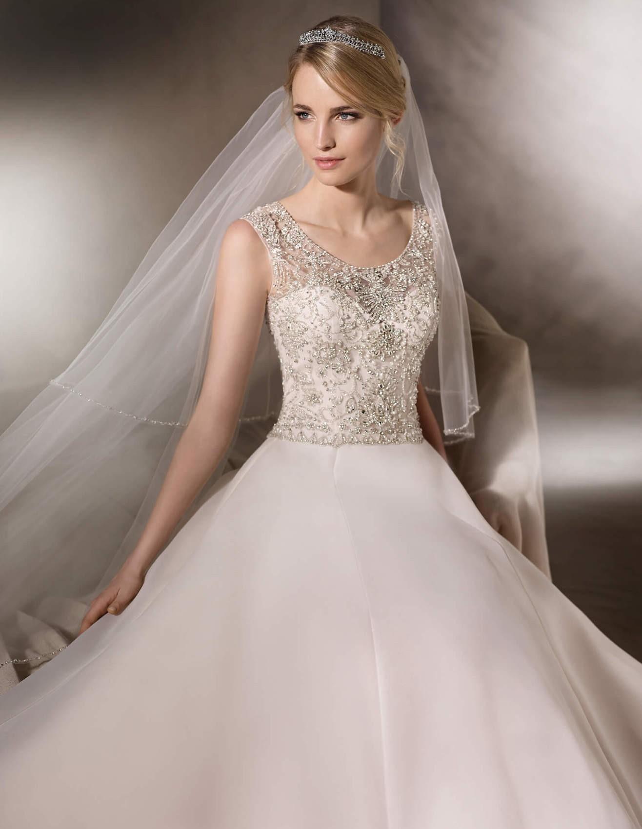 تاج و لباس عروس