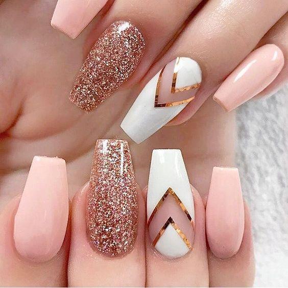 استفاده از لاکی با رنگ متفاوت برای انگشت حلقه