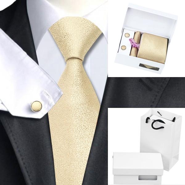 آستر کراوات باید 100 % پشم باشد و تا انتهای مثلثی کراوات آستردوزی شده باشد.