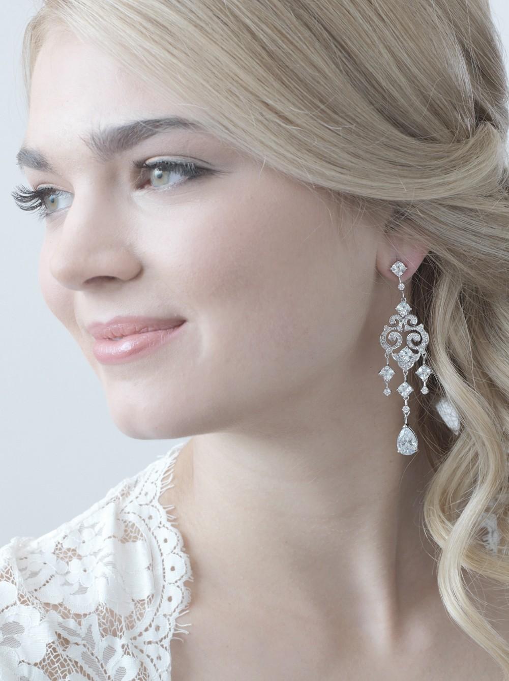 گوشواره آویز مناسب لباسهایی است که دارای یقه ای زیبا و کار شده هستند