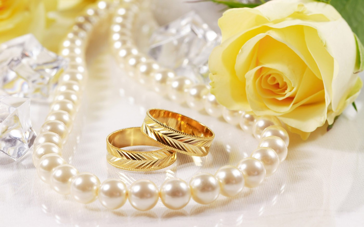 اگر میخواهید انگشتری جدا از حلقه عروسی بخرید چیزی انتخاب کنید که باعث نشود حلقه به چشم نیاید