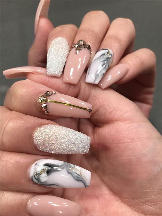زدن طرحی متفاوت بر روی هر یک از انگشتان دست