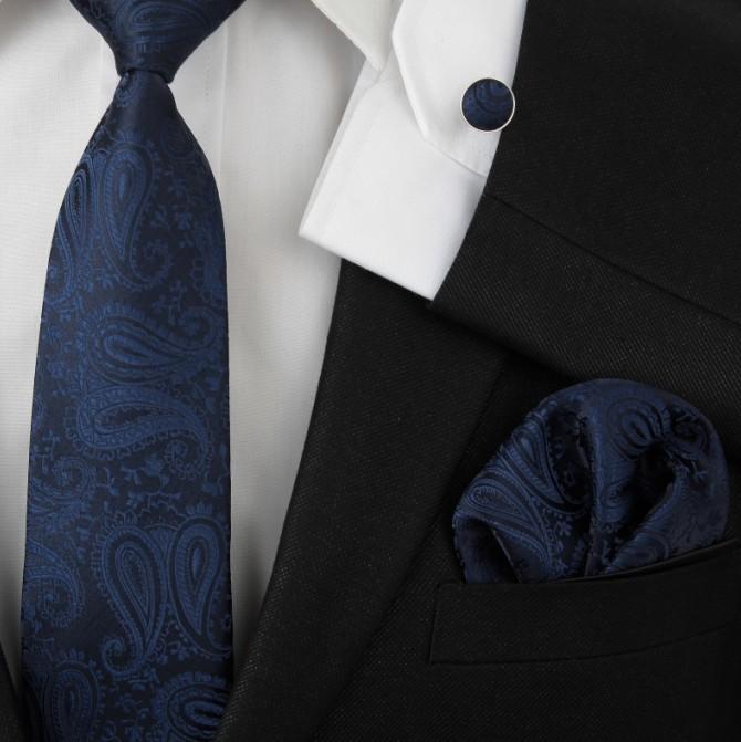 در انتخاب کراوات به طرح و رنگ کراوات توجه کنید