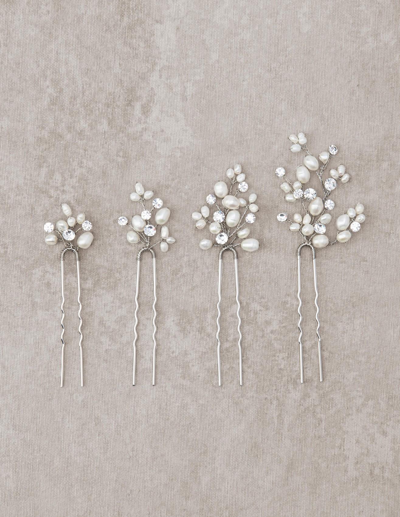 اکسسوری موی عروس شامل هر چیزی می شود که بر رو یا لا به لای موی عروس به عنوان تزئینی برای موهای عروس ، قرار می گیرد