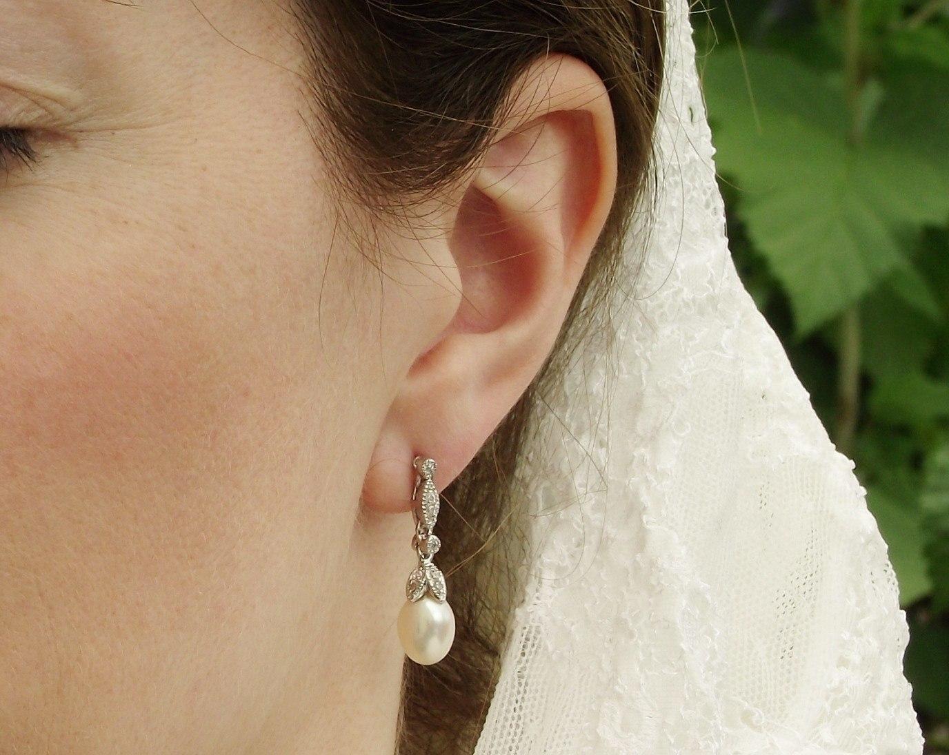 گوشواره طلای عروس بسیار مهم است که با یقه لباس عروس هماهنگ باشد