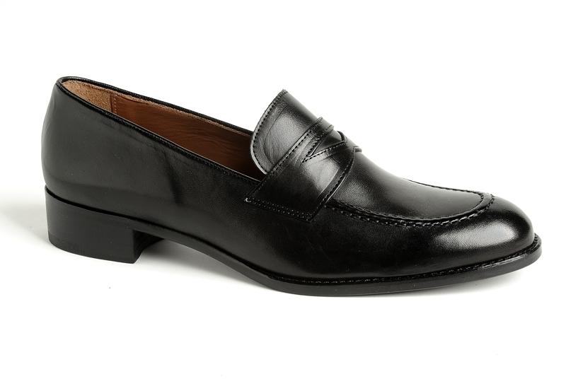کفش لوفر ، مدلی نیمه رسمی محسوب می شود