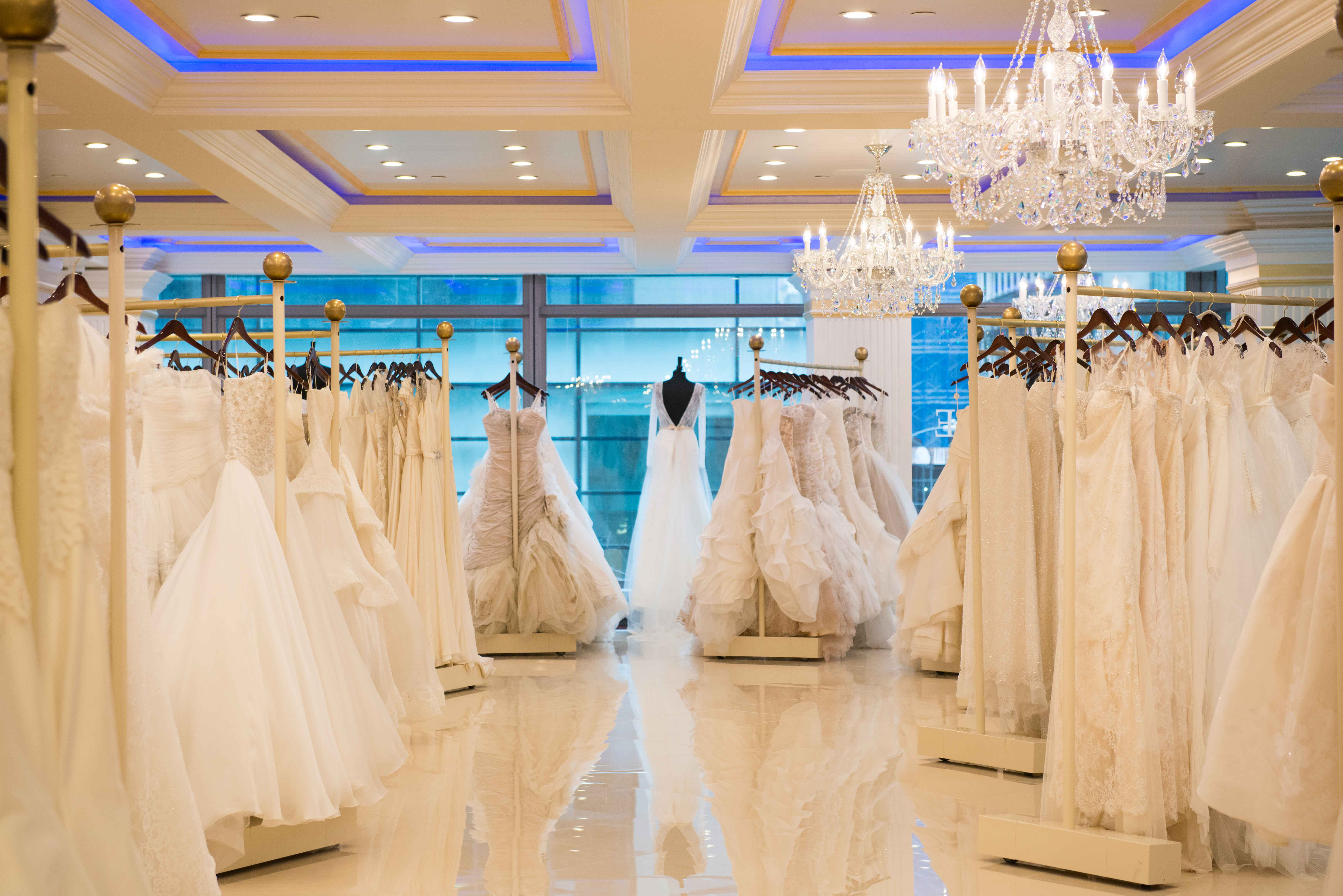 از چند ماه قبل در اینترنت جستجو کنید و مدل لباس عروستان را انتخاب کنید