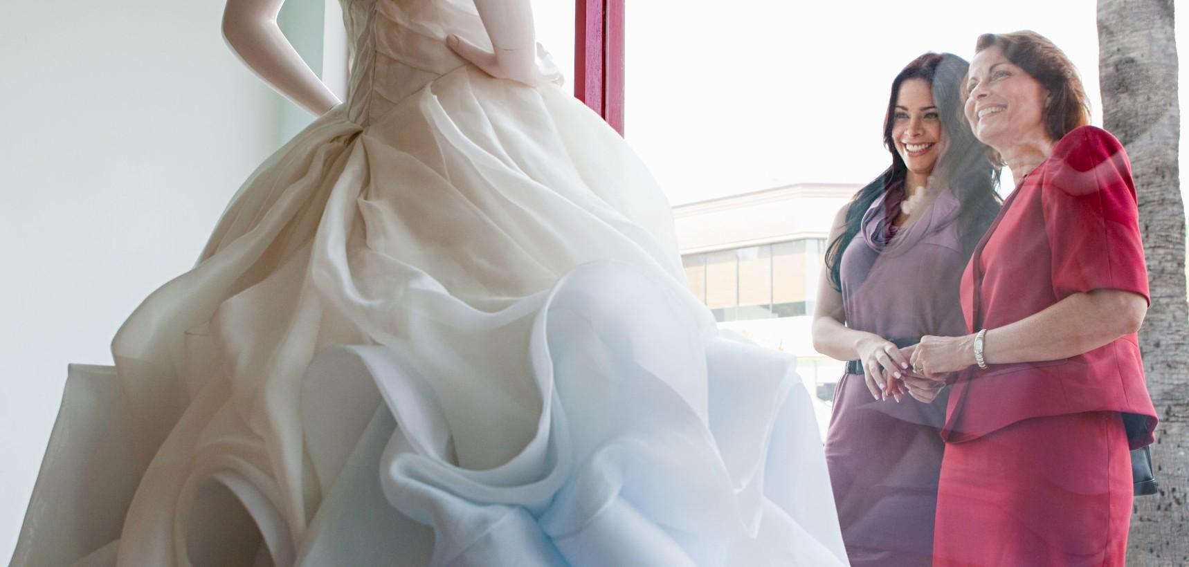 سعی کنید با یک همراه برای انتخاب لباس عروستان بروید