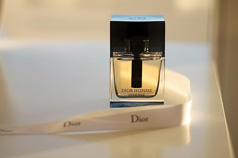 دیور هوم اینتنس برند معروف فرانسوی بوده و دارای رایحه گرم و شیرین است البته این عطر مخلوطی از رایحه تلخ و شیرین است
