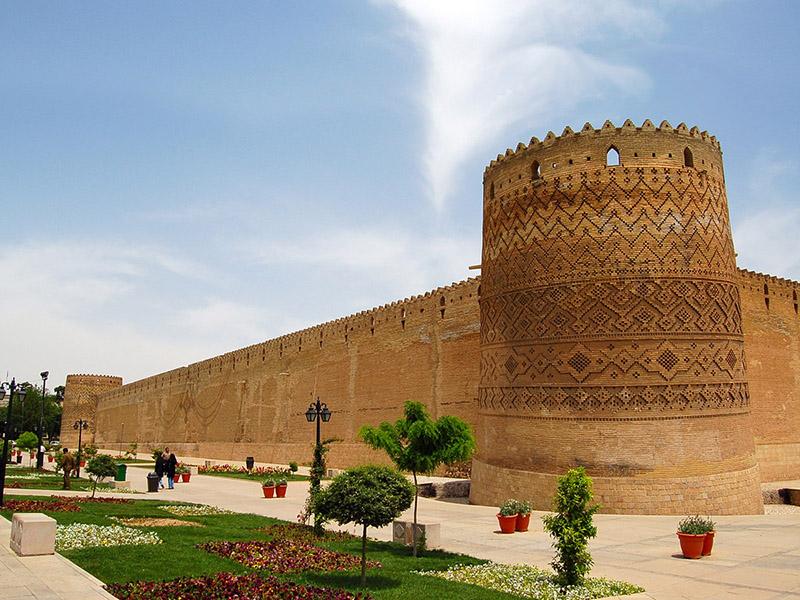 ارگ کریم خان در وسط شهر شیراز قرار دارد و متعلق به دوران زندیه است