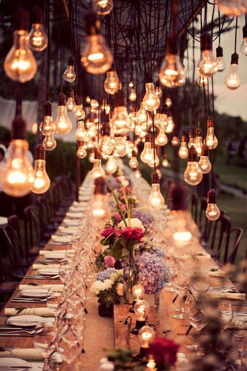 جشن نامزدی را میتوانید در منزل یا در یک سالن مخصوص این جشن ها برگزار کنید اگر امکانات پذیرایی از مهمان ها را در منزل دارید فضای خانه صمیمی تر و مناسب تر برای یک چنین جشنی است