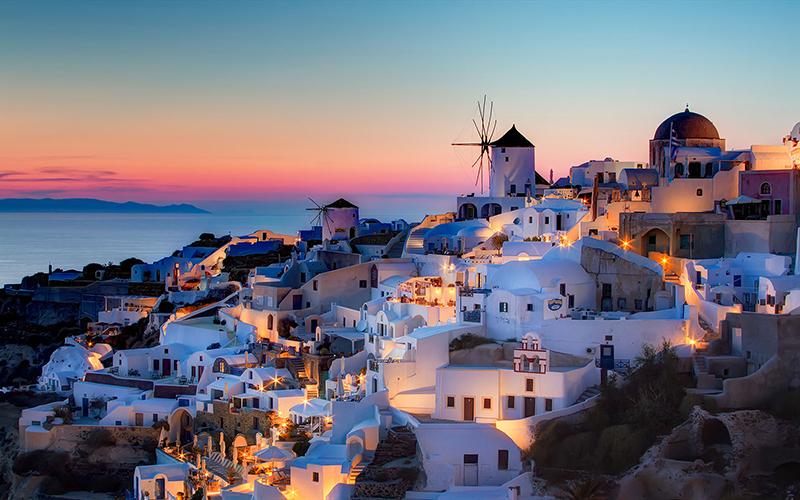 این کشور فرهنگ و تمدن و زیبایی های به یاد ماندنی در جزیره سنتورینی را دارد که برای سفر ماه عسل بسیار مناسب است