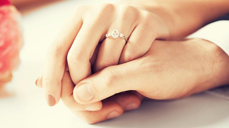 بر اساس شکل انگشتان و میزان ظرافت آنها انگشتر انتخاب کنید و انگشتر های بزرگ و پر از نگین همیشه دلیل بر زیبایی نیست.