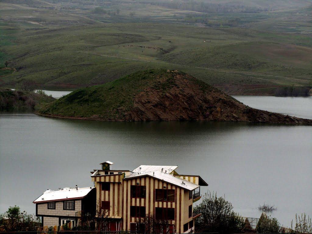 دریاچه اکباتان همدان با فضایی سرسبز و زیبا امکاناتی نظیر اسکی روی آب و قایقرانی هم به گردشگران ارائه می دهد