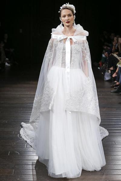 طرح کلی لباس یکسره است و آستین های بلند دارد و اکسسوارهای شرقی آن را تزئین کرده اند.