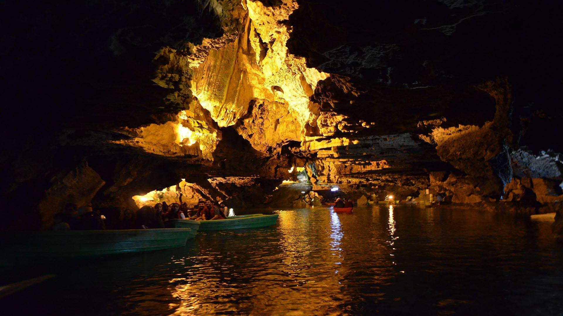 غار علیصدر طولانی ترین غار آبی جهان است که گردشگران زیادی را به خود جذب کرده است
