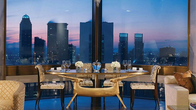 هتل وارنو نمای 360 در جه به سمت کل شهر نیویورک دارد و برخی وسایل این هتل با روکش طلا است