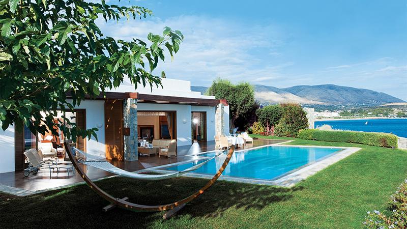 آتن پایتخت یونان و یکی از زیباترین شهرهای دنیا بوده و سالانه مسافران و گردشگران زیادی از آن دیدن می کنند