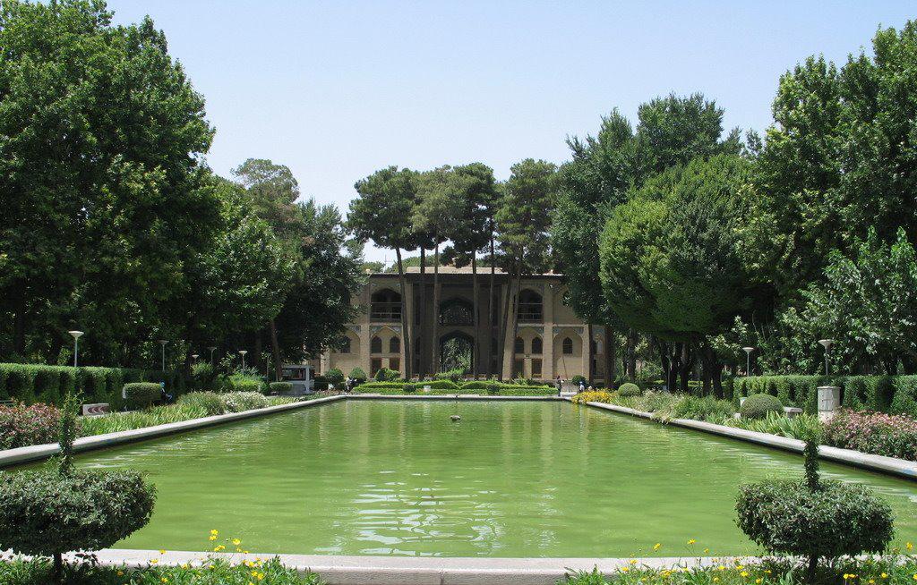 باغ هشت بهشت و عمارت زیبای داخل آن از معماری فوق العاده برخوردار بوده و دیدنش خالی از لطف نیست.